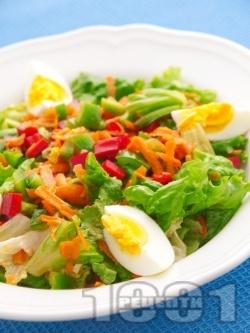 Свежа зелена салата с чушки, моркови и яйца - снимка на рецептата